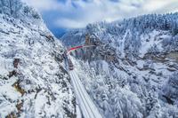 スイス 雪の山間を走る鉄道
