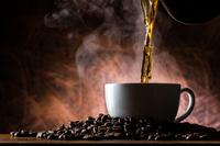 コーヒーを注ぐ
