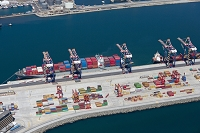 港に停泊するコンテナ船
