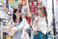 道頓堀を観光する若い日本人女性