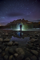 カナダ 夜の湖に佇む男性