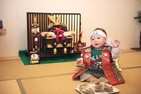 赤ちゃんと五月人形飾りと柏餅