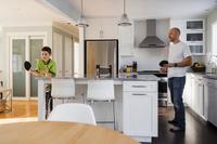 キッチンで卓球する親子
