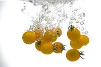 水中のミニトマト