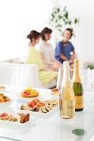 食卓に並ぶパーティー料理とボトル