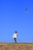 凧を揚げる子供