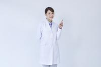 指を指す白衣の研究員