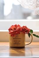コーヒーカップに入れたバラ