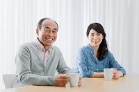 マグカップを持つ中高年日本人夫婦