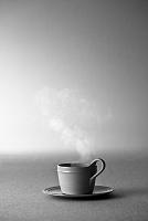 コーヒーカップから立ちのぼる湯気