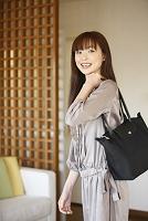 ショルダーバッグを肩に掛ける日本人女性
