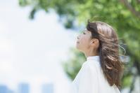 新緑と若い日本人女性