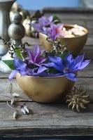 ボウルとクレマチスの花飾り