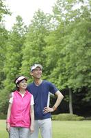 運動を楽しむ日本人シニア夫婦