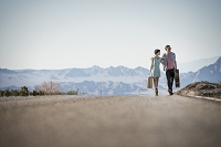 道を歩く若いカップル