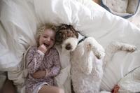 寝室でペットと寛ぐ女の子