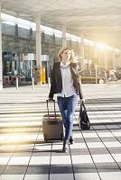 空港を歩く外国人女性