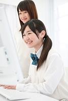 パソコンをする女子高校生
