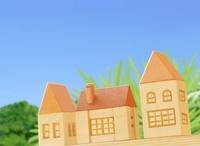 三棟の木の家と青空