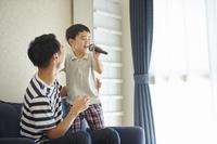 マイクで歌う日本人の子供