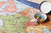 旅行イメージ 磁石と地図