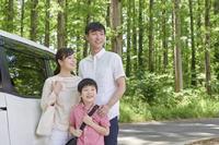 車で出かける家族