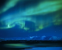 スウェーデン 湖に映るオーロラ