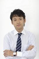 ポーズをとる日本人ビジネスマンの人物素材