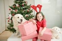 クリスマスプレゼントを抱える女の子