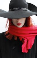 赤いマフラーの女性