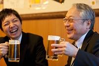 ビールを持つ笑顔のビジネスマン