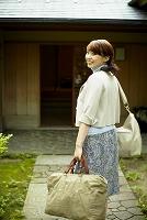 旅行バッグを持つ日本人女性