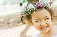 花飾りをつけた日本人の女の子