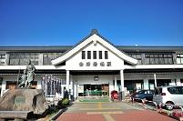 福島県 会津若松駅と白虎隊士の像