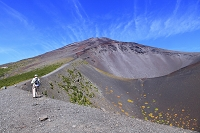 静岡県 富士山 宝永第二火口壁を歩く登山者と第一火口