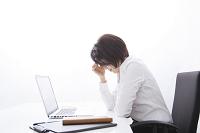デスクワークに疲れるビジネス女性