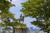 宮城県 伊達政宗騎馬像と仙台市の街並