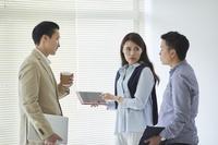 カジュアルな日本人ビジネスチーム