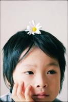 花を乗せた日本人の子供
