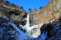 栃木県 虹と氷結の華厳の滝