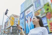 道頓堀で自撮りをする日本人女性