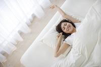 ベッドで目覚める若い日本人女性