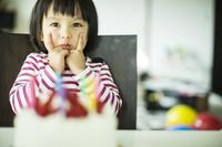 誕生会をする日本人の女の子