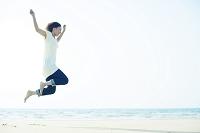ジャンプする若い日本人女性