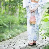 石畳の上を歩く浴衣の女性
