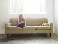 ソファでくつろぐ外国人女性