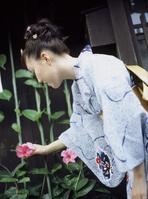 朝顔を手にとる浴衣の日本人女性