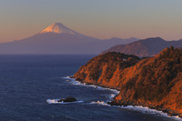 静岡県 夕日に染まる駿河湾越しの富士山