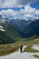 アメリカ合衆国 稜線を歩くハイカー