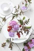 皿に並べられた花